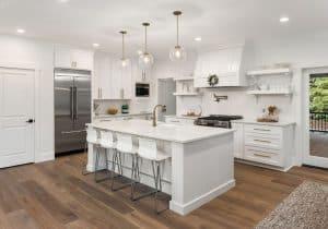 מטבח מודרני בצבע לבן עם ידיות ניקל