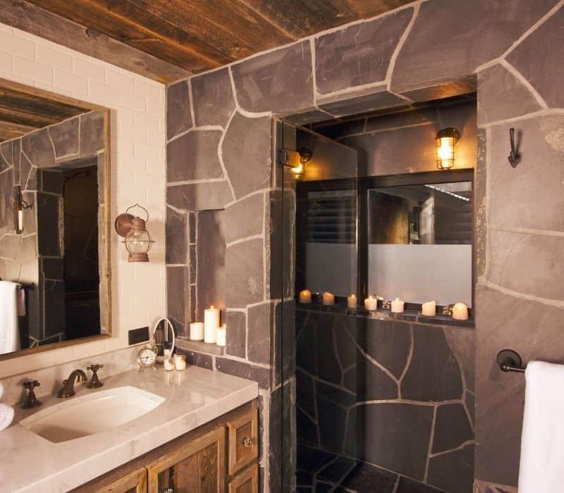 תמונה של מקלחת בעיצוב חם וכפרי